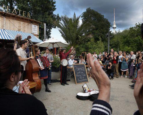Bild mit Band und Publikum Strandbar Mitte auf der FETEBerlin Fête de la Musique 2010
