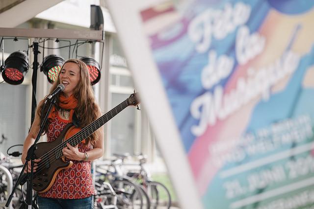 Sängerin auf der Bühne FETEberlin 2016: sissip @ FMP1 © Alex Laljak