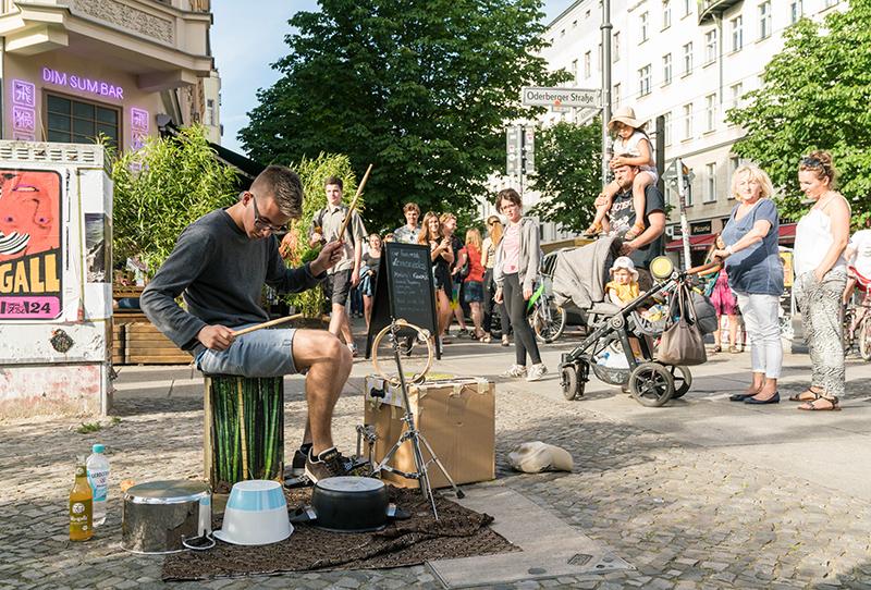 Schlagzeuger als Straßenmusiker auf der Fête de la Musique Berlin