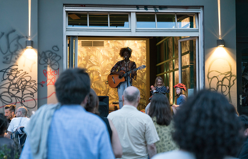 Musiker spielt am offenen Fenster mit Publikum draußen, Fête de la Musique Berlin 2017
