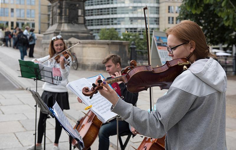 Polnische Musikstudenten spielen auf der Friedrichsbrücke an der Museumsinsel,