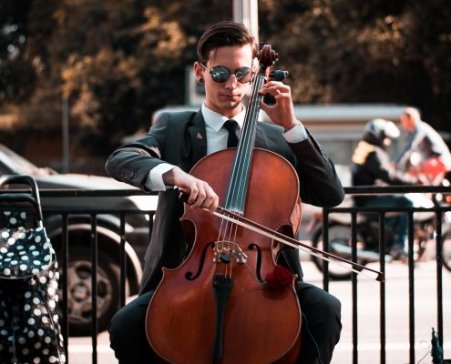 Cellospieler auf der Straße Fete de la Musique