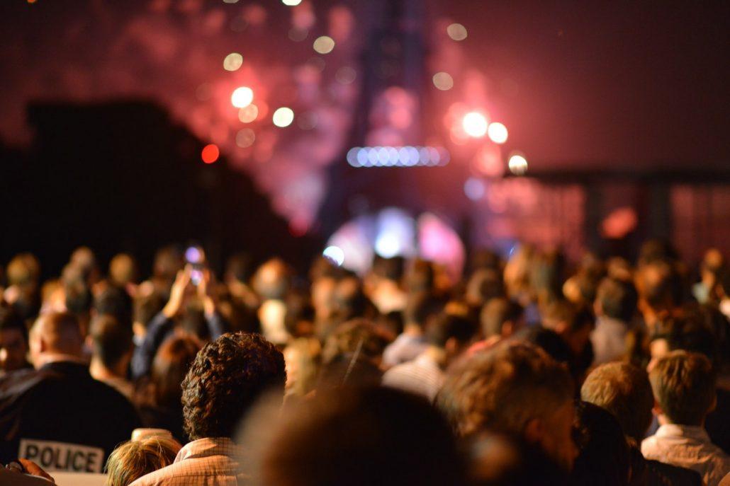 Menschenmenge zu Konzert vor Eifelturm in PAris