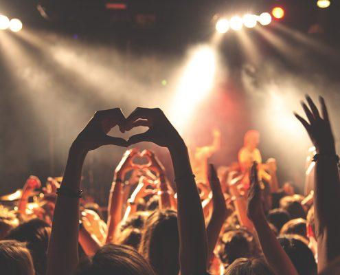Zuschauer formt HErz mit Händen, Publikum Fete de la Musique Berlin