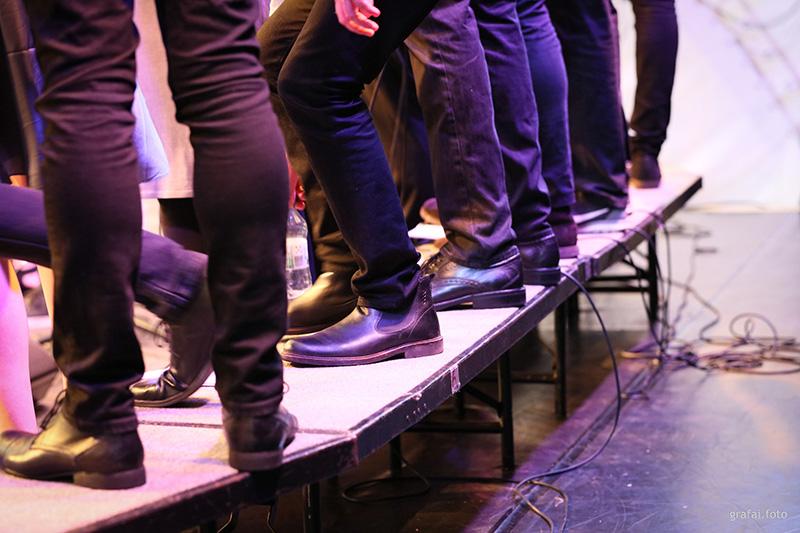Füße auf der Bühne des CHorverbandes Berlin für Fete Berlin