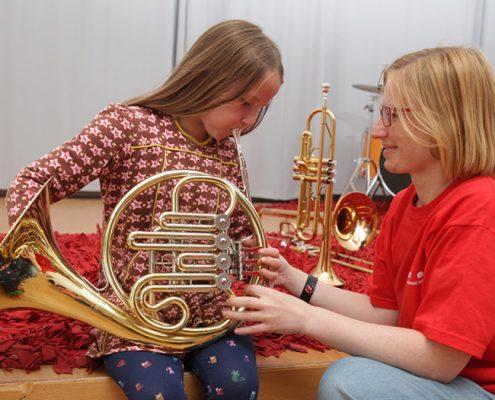 Klingedes Museum Mitarbeiterin übt Instrument mit Kind #FETEBerlin