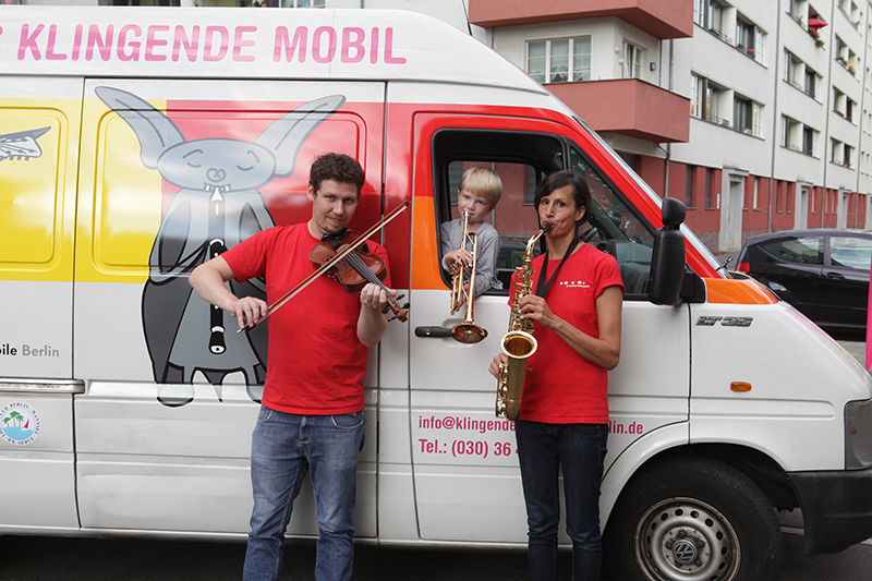 Klingendes Museum mit mobilem Fahrzeug und Organisatoren FETEBerlin