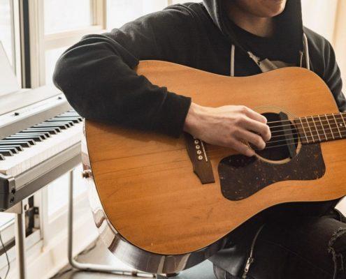 Ausschnitt eines Manns mit Gitarre