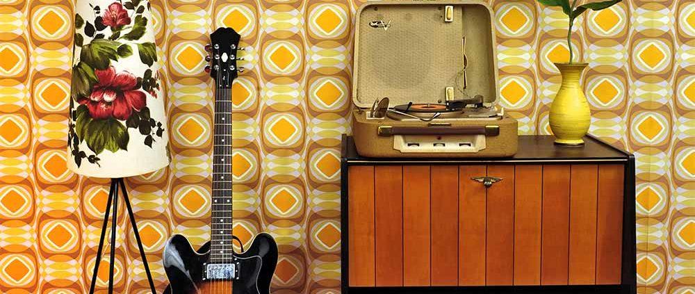 Wohnzimmer mit Plattenspieler und E-Gitarre im 50er Jahre Look FETEBerlin
