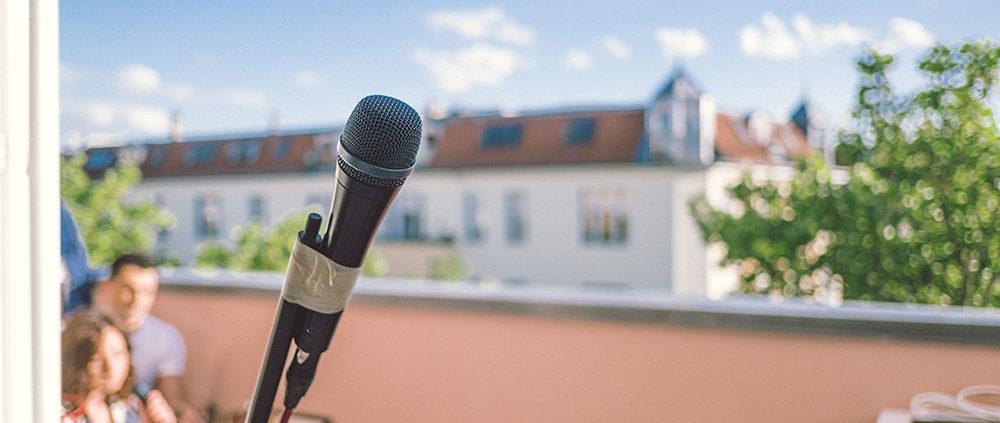 support our live stream FETEBerlin Bild von Mikro auf Balkon