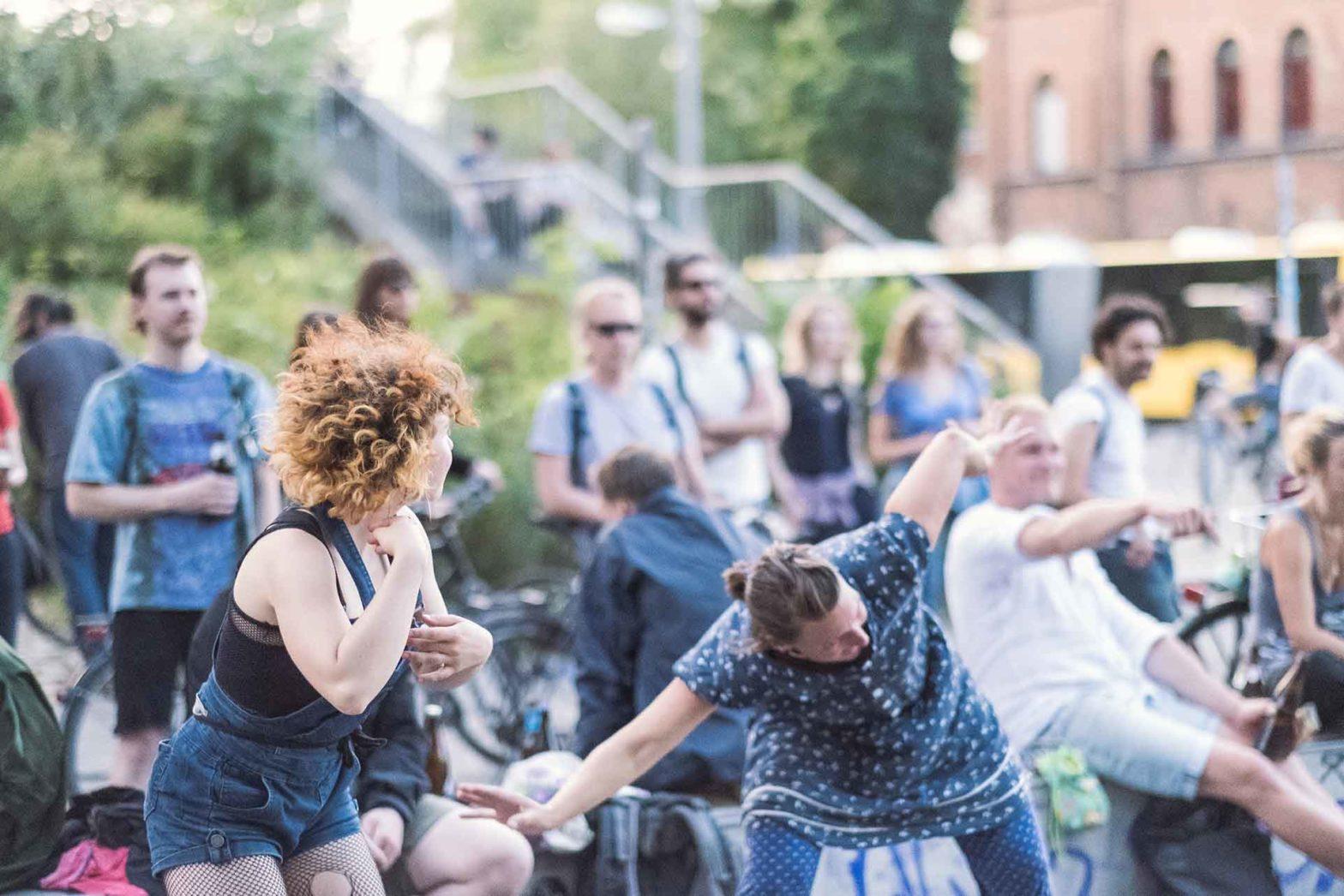 Publikum tanzt bei der Fête de la Musique berlin